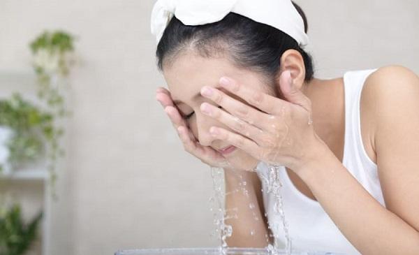 Rửa mặt đúng cách để ngừa mụn